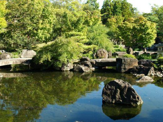 Bassin aquatique bassin de jardin dans les jardins japonais for Bassin de jardin japonais